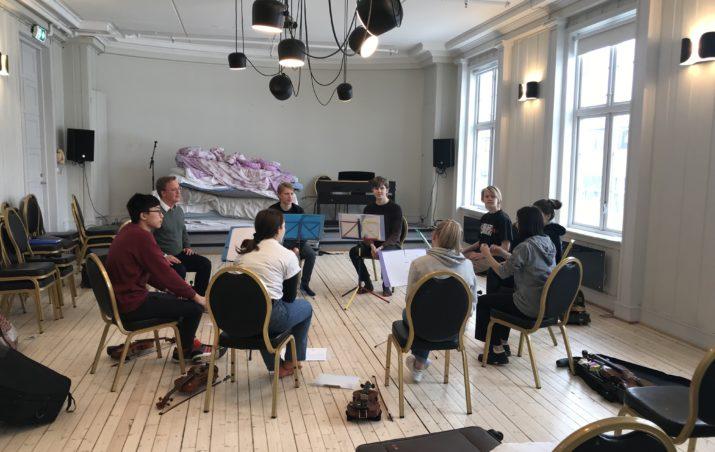 Unge dirigenter på kurs hos De Unges Orkesterforbund.